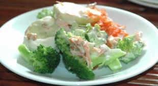 Sałatka z brokułów i smażonego boczku