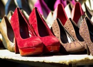 Kobiety z dużymi stopami kupują niewygodne buty