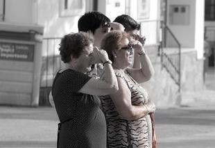 Kobiety żyją dużej, bo bardziej dbają o bezpośrednie relacje! Facebook tego nie zastąpi!