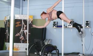 Wózek inwalidzki nie przeszkadza jej w tańcu na rurze