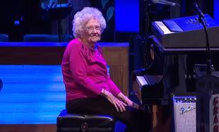 98 - latka spełniła swoje marzenie i dostała owacje na stojąco!