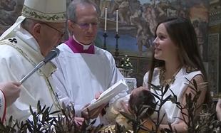 Papież Franciszek namawia matki do publicznego karmienia piersią