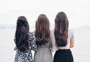 Koniec z doczepami! Poznaj najlepsze sposoby na zagęszczenie włosów