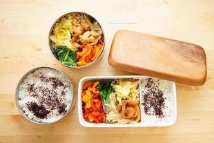 Tofu, owoce morza, sery i grillowane mięso, czyli co uczniowie jedzą na stołówkach na całym świecie?