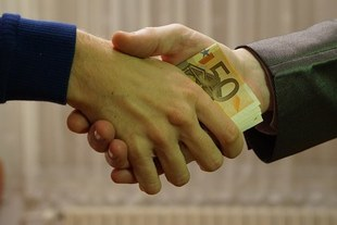 Pożyczasz pieniądze rodzinie? Sprawdź co musisz wiedzieć