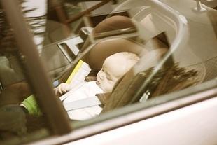 Nie zostawiaj dziecka ani psa w rozgrzanym samochodzie!