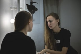 Brak akceptacji siebie, a może już dysmorfofobia? Kiedy nawet operacja plastyczna nie pomoże?