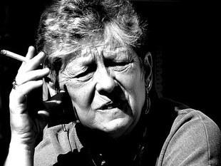 Kobiety po menopauzie częściej tracą zęby, jeśli palą papierosy