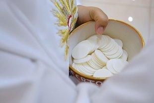 Komunie coraz bardziej przypominają wesela. Z jakimi kosztami muszą liczyć się rodzice i goście