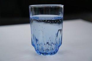 Pijesz wodę gazowaną? Uważaj na zęby!