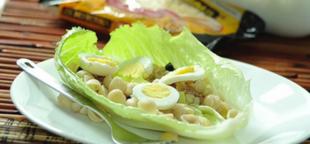 Sałatka z makaronu i tuńczyka na liściu sałaty