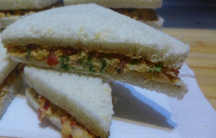 Wegańska kanapka z tuńczykiem