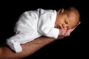 Co robią niemowlęta podczas snu?