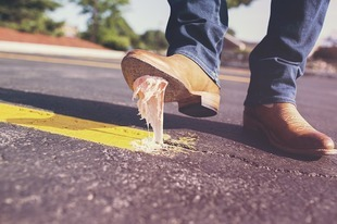 Jak usunąć gumę do żucia z butów?