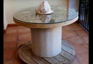 Stylowy stół z bębna po kablach