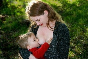 Czy kobiety powinny karmić piersią dzieci w miejscach publicznych?