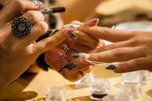 Robisz hybrydowy manicure? Uważaj na raka skóry!