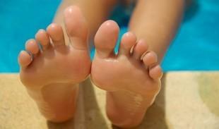 Spocone, spuchnięte? Popękane pięty? Zobacz, jak dbać o stopy!