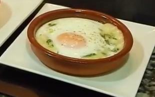 Jajka z beszamelem i szpinakiem