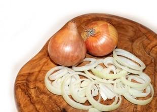 Jak kroić i obierać cebulę?