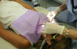 Implanty zębów zapobiegają deformacji rysów twarzy