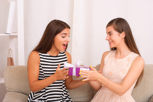 Szukasz prezentu dla siostry? Dowiedz się, czym warto się kierować!
