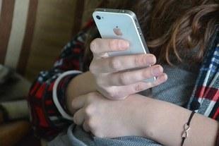 Francja zakazuje używania telefonów w szkole dzieciom poniżej 15 roku życia