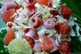 Grejpfrutowa sałatka z sałatą lodową i szynką