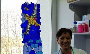 Nauka szkłem malowana - witraże autorstwa profesor biologii
