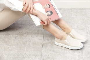 Modne stylizacje z butami slip on w roli głównej. Podpowiadamy z czym je nosić