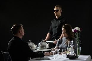 Pierwsza restauracja w ciemności obsługiwana przez niewidomych kelnerów!