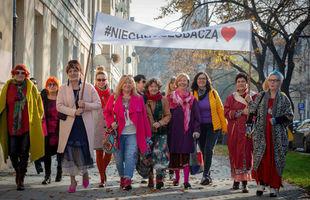 Kobiety 50 plus wyszły na ulicę - #niechnaszobaczą