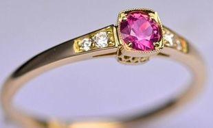 Pierścionek z rubinem - serce na palcu