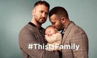 To reklama odzieżowej marki River Island. Na zdjęciu homoseksualna para ze swoją córeczką.