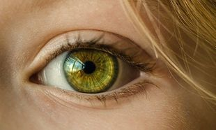 Czy kolor oczu wpływa na ryzyko wystąpienia wad wzroku?