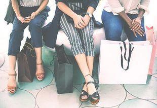 Chcesz mniej wydać na zakupach? Idź do sklepu z przyjaciółką!