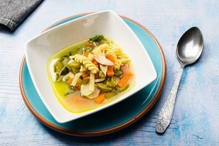 Zupa ogórkowa z warzywami i makaronem