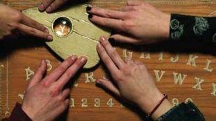 Ouija - tablica do komunikacji z duchami. Dziś też można ją bez problemu kupić