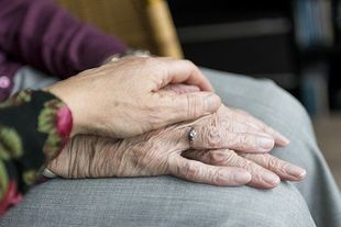 Opiekujesz się starszą osobą? Nie bój się prosić o pomoc!