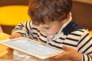 Surowi rodzice to większe ryzyko uzależnienia dzieci od internetu