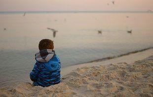 Twoje dziecko trudno nawiązuje kontakty? To nieśmiałość a może... autyzm?