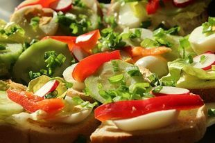 Jedzenie podzielone na kawałki lepiej zaspokaja głód