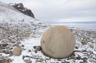kamienne kule rozrzucone po świecie