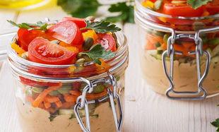 Słoiczki z orzechowym hummusem i sałatką z pomidorami