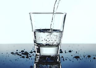 Nie zostawiaj na noc szklanki wody obok łóżka