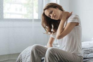 Ból karku po przebudzeniu. Jak spać, żeby uniknąć tej dolegliwości?