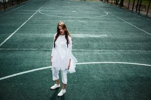 Trampki do sukienki, czyli sposób na stworzenie romantycznej stylizacji w sportowym stylu