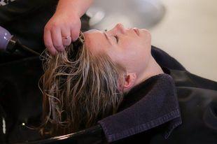 Jak dbać o cienkie włosy? Sześć przydatnych porad