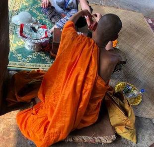 Buddyjska czerwona nić na nadgarstku - co ma dawać jej noszenie?