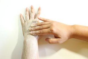 Domowy środek na przebarwienia i popękane piety